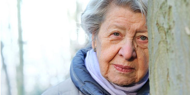 Frau mit Altershirndruck