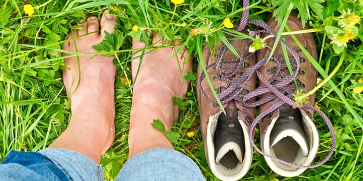 Barfuß laufen gegen Fußschmerzen