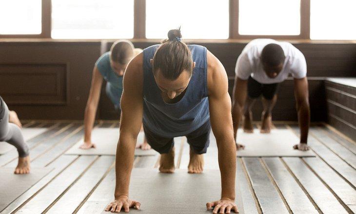 Männergruppe macht Yoga