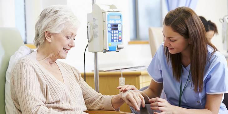 Ältere Frau bei der Chemotherapie
