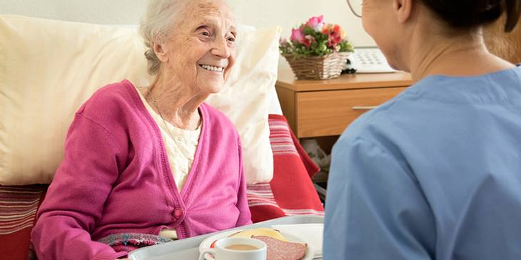 Demente Seniorin isst