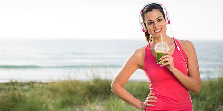 Frau trainiert am Strand