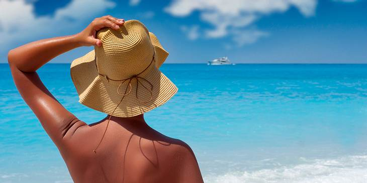 Frau mit dunkler Haut am Strand