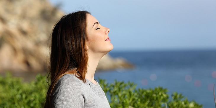 Junge Frau atmet durch