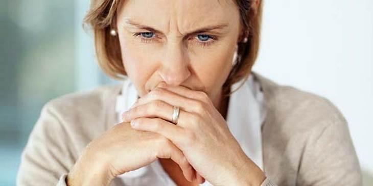 Frau hat Sorgen und leidet an innerer Unruhe
