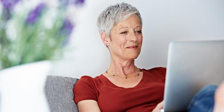 Frau bleibt mit Gehirntraining fit