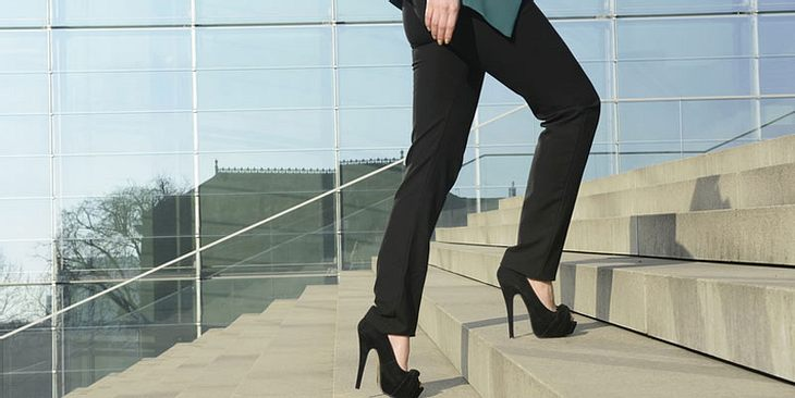 Frau steigt Treppen hoch