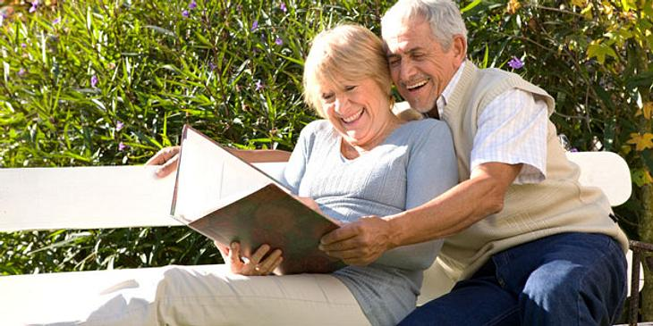 Älteres Paar sieht Fotoalbum an