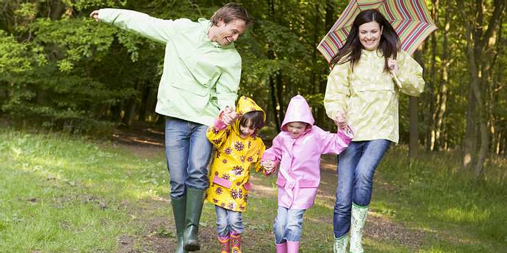 Familie macht Regenspaziergang