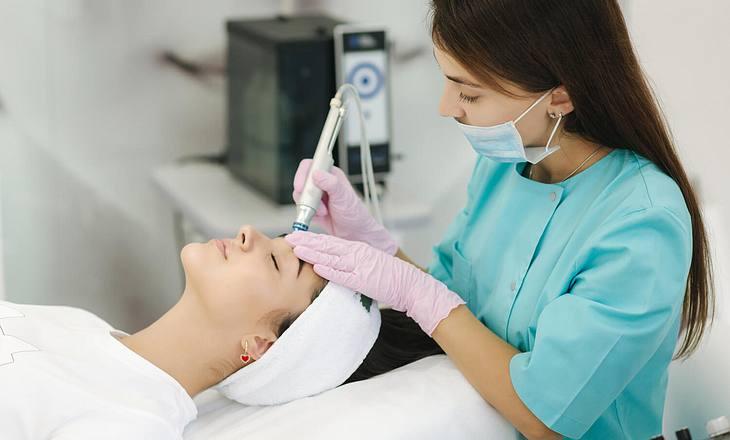 Eine Frau erhält eine HydraFacial-Behandlung im Kosmetik-Studio