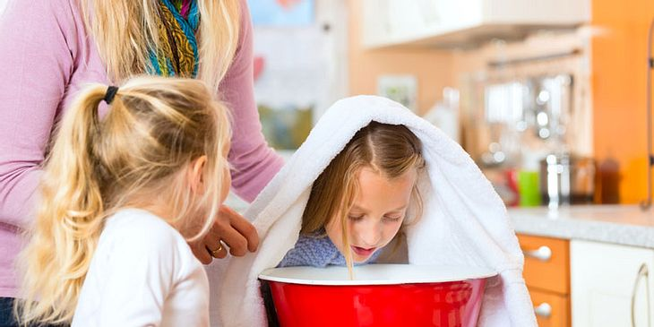 Kind hustet nachts? Inhalieren lindert Beschwerden