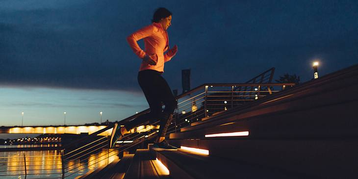 Frau joggt nachts