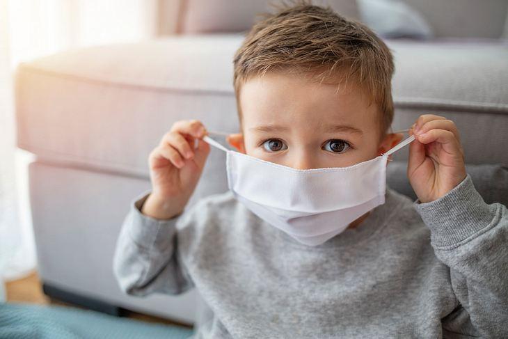 Kleiner Junge trägt Anti-Virus-Maske