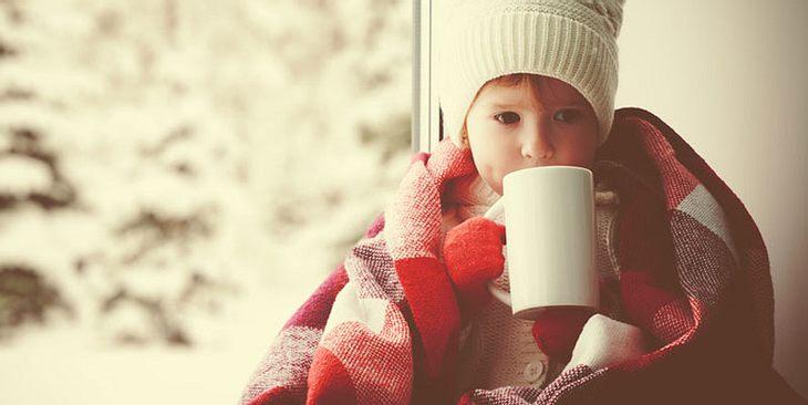 Kind trinkt Tee