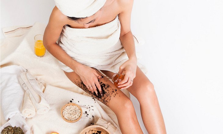 Frau mit selbstgemachten Körperpeeling
