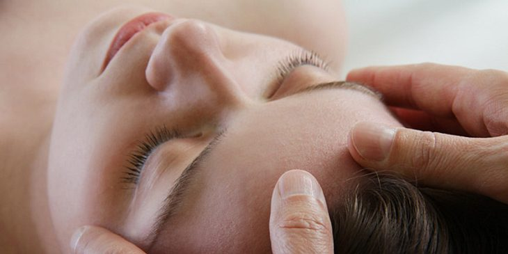 Akupressur kann bei Kopfschmerzen schnell Linderung verschaffen