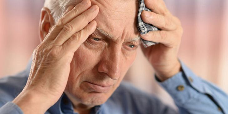 Starke Kopfschmerzen typische Meningitis-Symptome