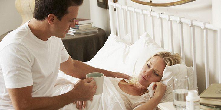 Kranke Frau hält Bettruhe
