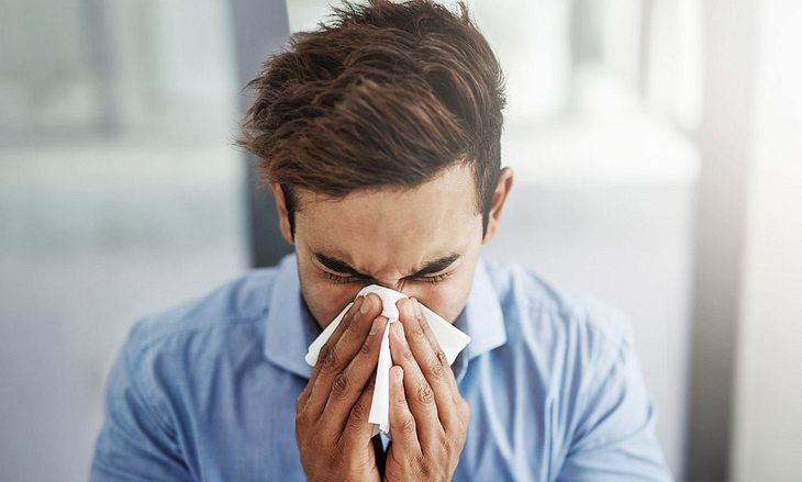 Mann hat Erkältung