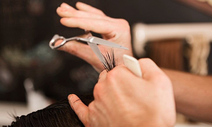 Mann bekommt Haare geschnitten