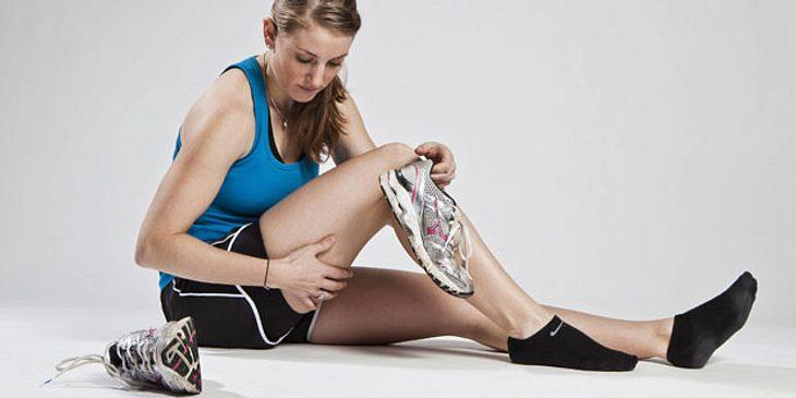 Frau hat Muskelkater nach dem Sport