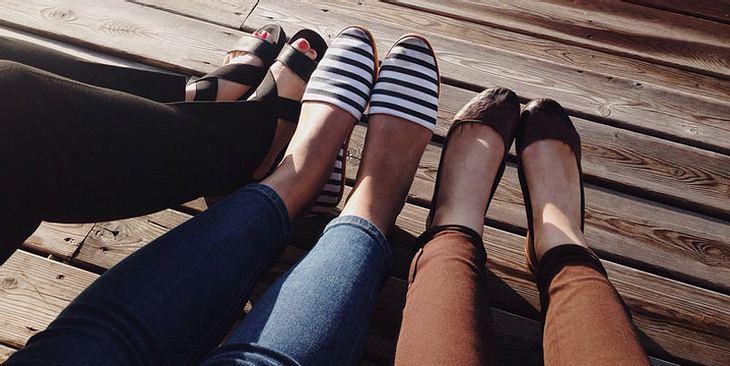 Nagelpilz lässt sich durch geschlossene Schuhe verstecken, heilt aber nicht allein