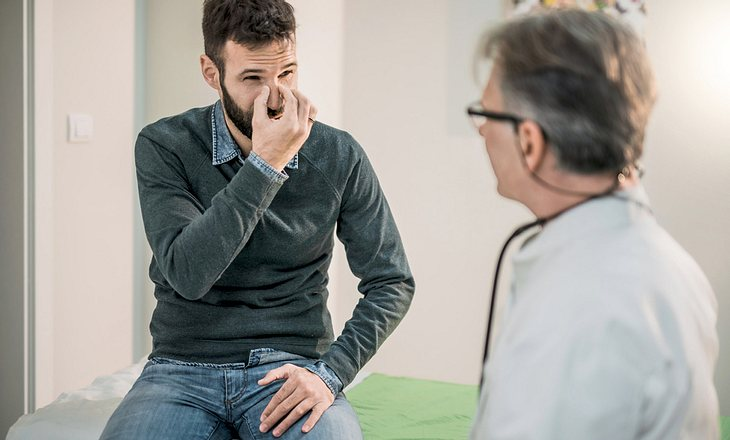 Patient mit Nasenpolypen beim Arzt