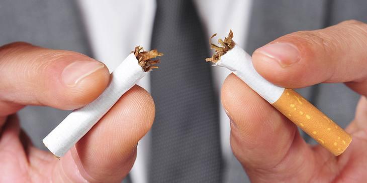 Mann zerbricht Zigarette