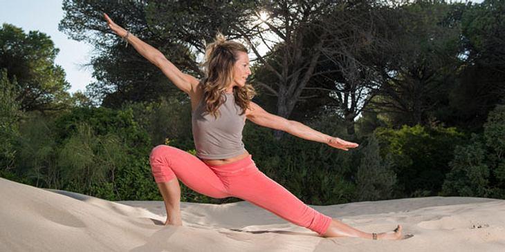 Mit Power-Yoga gegen Regelschmerzen