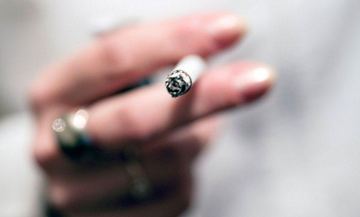 Frau bricht Zigarette entzwei