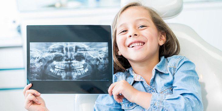Kind mit Röntgenbild