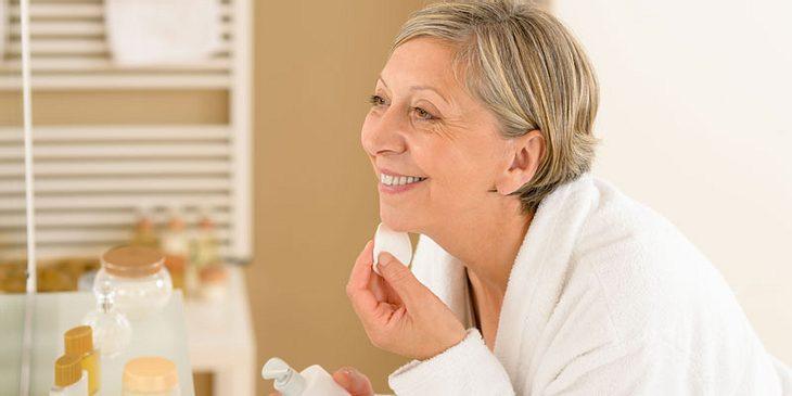 Frau reinigt Rosacea-Haut