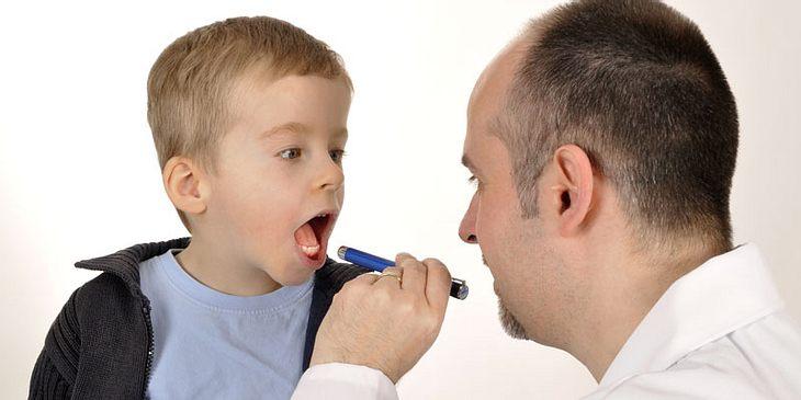 Arzt stellt Scharlach-Diagnose