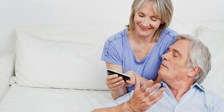 Älteres Paar mit Smartphone