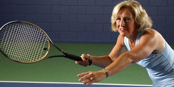 Frau spielt Tennnis