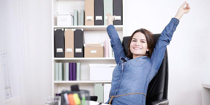 Frau dehnt sich im Job
