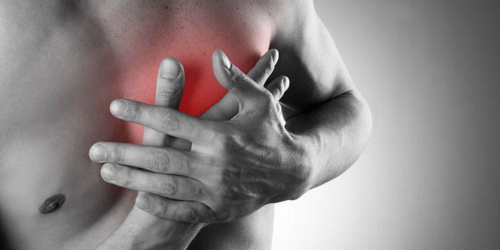 Männlicher Oberkörper Herzschmerzen