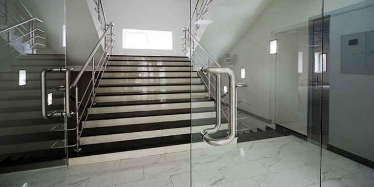 Statt den Fahrstuhl oder die Rolltreppe, Treppe nutzen