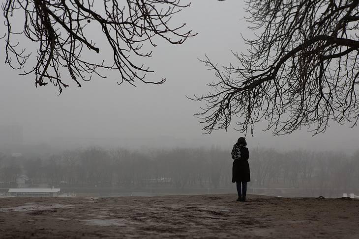 Frau allein im Park