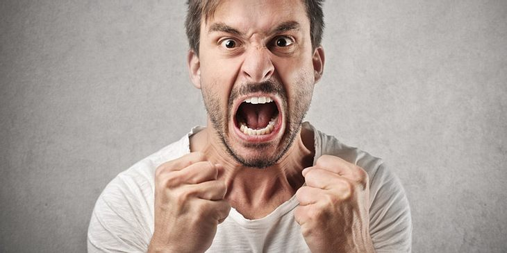 Ein wütender Mann brüllt